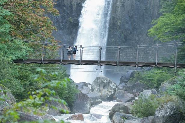 落差約55mの壮大さで「日本の滝百選」にも選ばれている「苗名滝(なえなたき)」