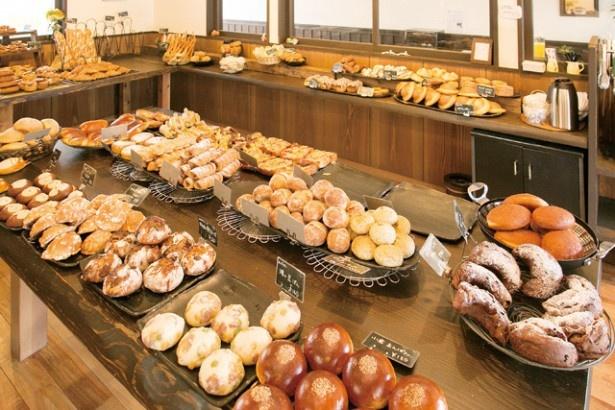 常時70種~80酒類のパンが並ぶ。週末や連休は、15時には売り切れることも