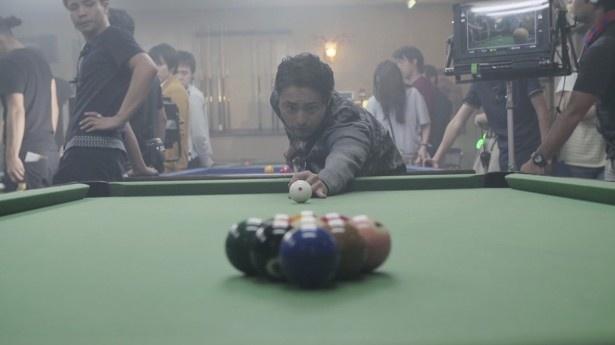 山田も久しぶりのビリヤードを楽しんでいる様子がうかがえる撮影となった