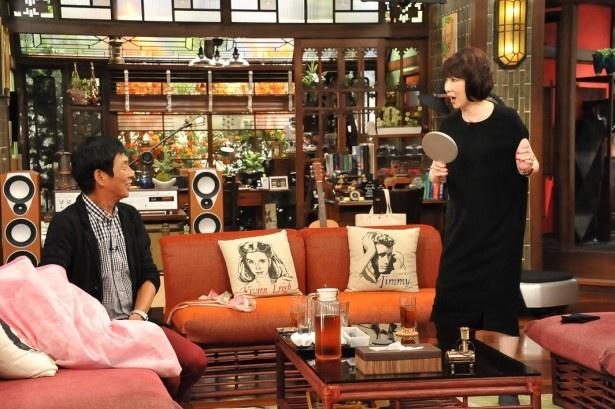 【写真を見る】明石家さんま(左)が伊藤にギャグを伝授することに