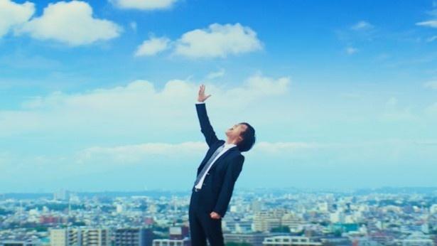【写真を見る】青い空とスーツ姿の桐谷健太のコラボが熱い! メーキング画像もたっぷり