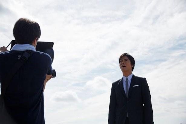 メーキング:カメラに鋭い視線を送る