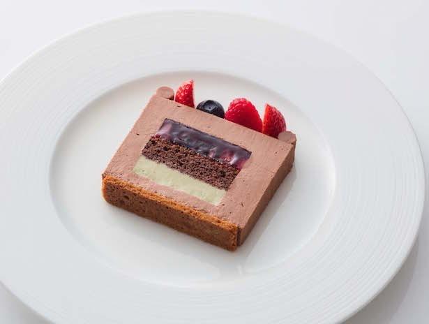 「ヴォヤージュ・ド・ノエル 2016」はチョコレートのムースが、ミックスベリーのゼリーとピスタチオのムースを包み込んでいる