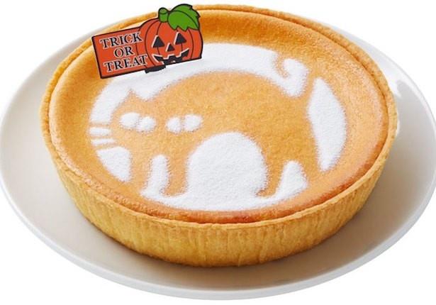 ホワイトチョコレートパウダーで黒猫の「クローニャ」が描かれたケーキ。 展開期間:10月1日~10月31日 「ハロウィーン デンマーククリームチーズケーキ(クローニャ)」1080円(税込)