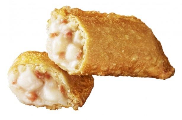 【写真を見る】ベーコン、ポテト、オニオンがたっぷり入ったパイは小腹がすいた時にもおすすめ「ベーコンポテトパイ」(150円)