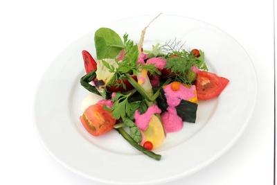 【写真を見る】珍しい京野菜が楽しめる「京野菜を使ったゴロゴロ野菜サラダ酵素ドレッシング」(680円)