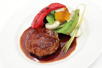 お肉のうま味が楽しめる「厳選牛肉と豚肉のハンバーグリュミエール風(ライス付)」(1620円)