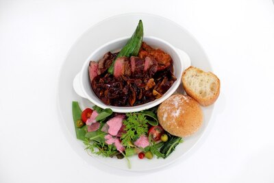 皿の半分以上を野菜が占める、一日40食限定の「週替わりワンプレートランチ」(1620円)