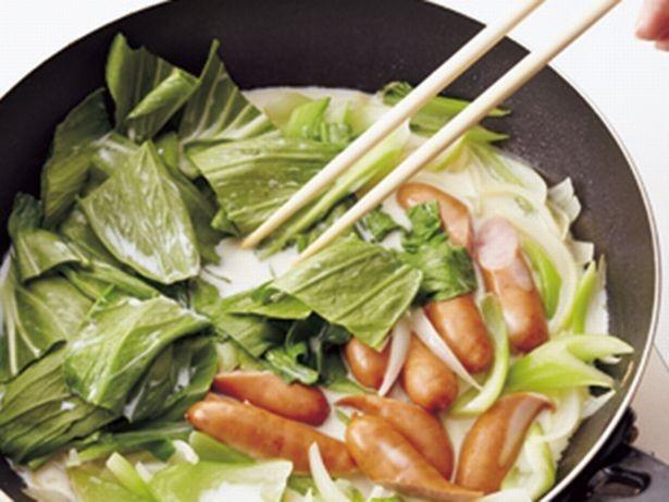 【写真を見る】牛乳は沸騰させると分離するので、煮立たせずに、チンゲンサイの葉がしんなりするまで煮る