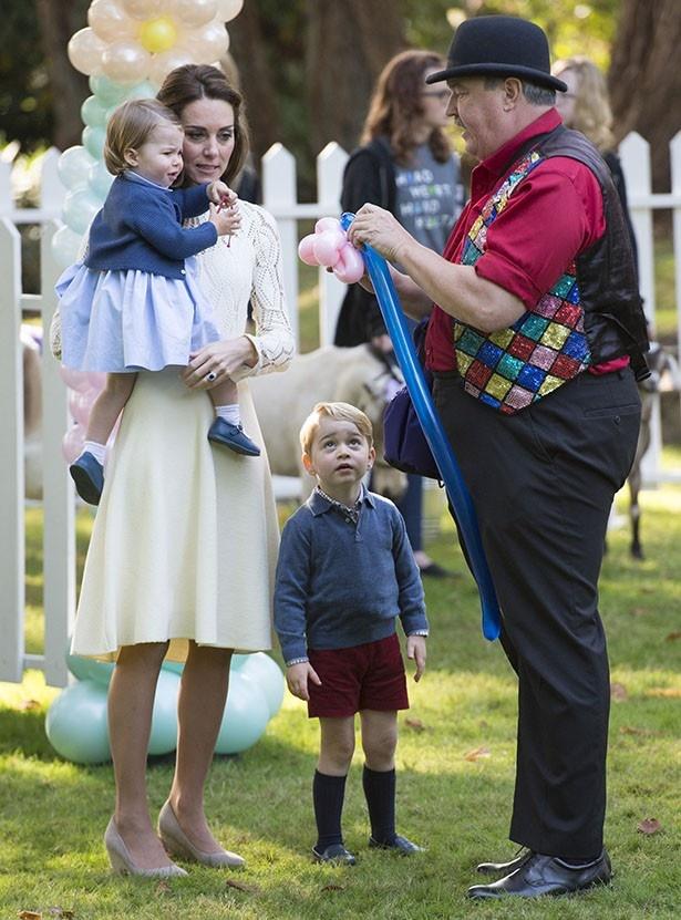 【写真を見る】あえてレトロな服で登場したというジョージ王子とシャーロット王女