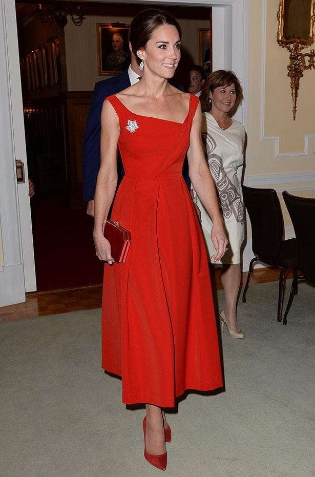 キャサリン妃効果で即完売したディナー時の真っ赤なドレス