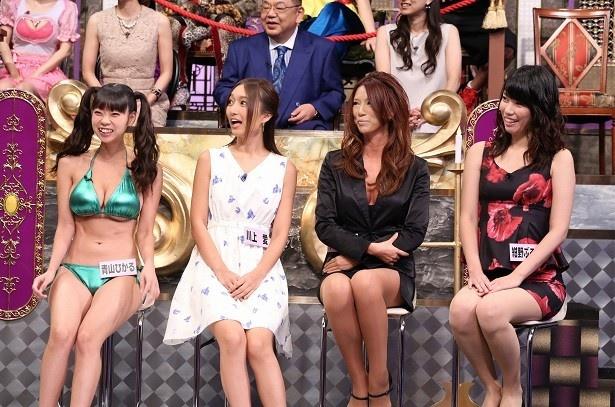 """【写真を見る】美脚もあらわに""""雑セクシー軍団""""が登場。川上愛(左から2番目)は、ココでもノーブラノーパンなのか?"""