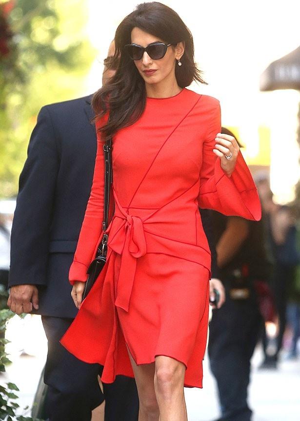 22日、プロエンザ・スクーラーのドレスを着たアマルのコーデ総額は約34万円