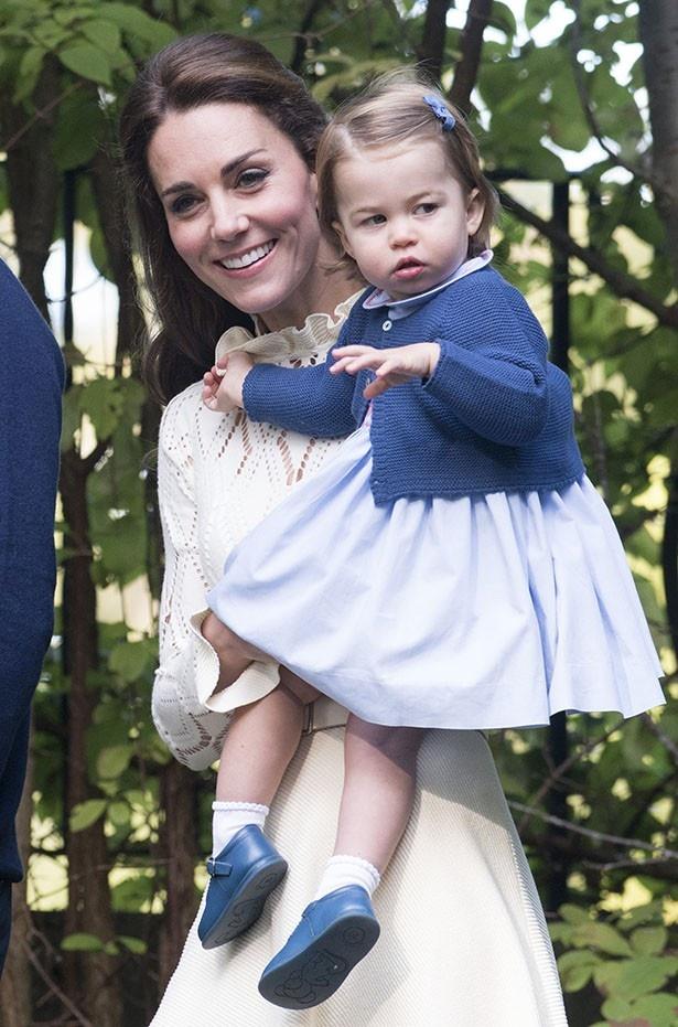 靴に土のついたシャーロット王女を抱きかかえる場面も