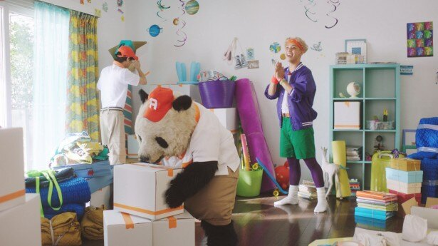 【写真を見る】りゅうちぇるの引っ越しのバイトを熱心に行うパン田一郎