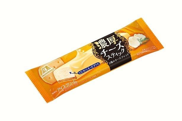 クリームチーズとチェダーチーズ、ゴーダチーズという3種類のチーズをブレンドしたアイス/森永製菓「チーズスティック」(151円)