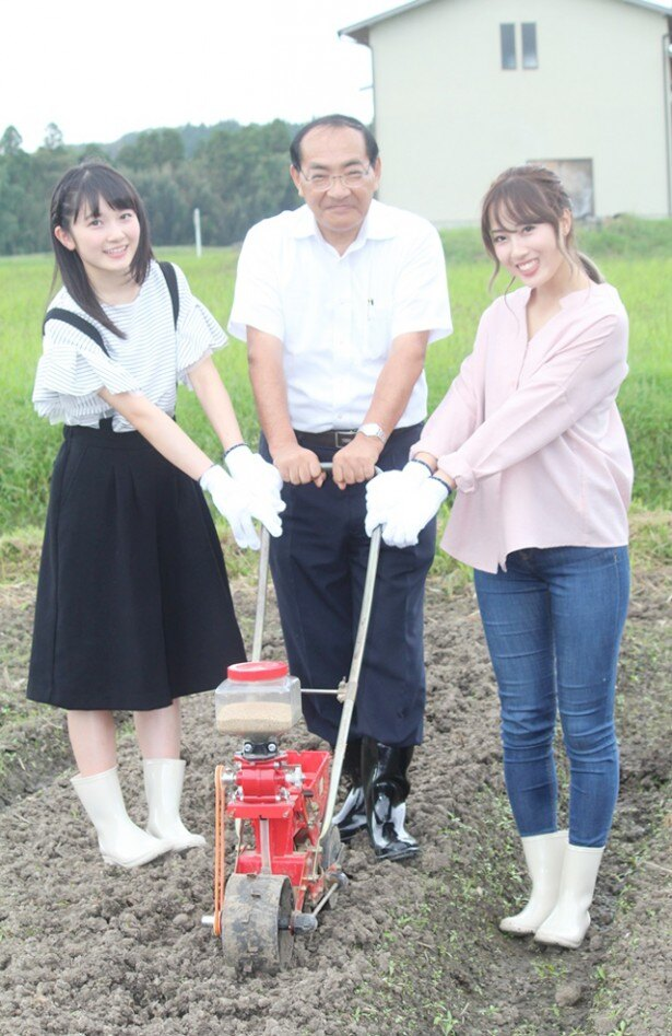ちぃちゃんは岡田、太田洋いすみ市長と共に菜の花の種植えを行った