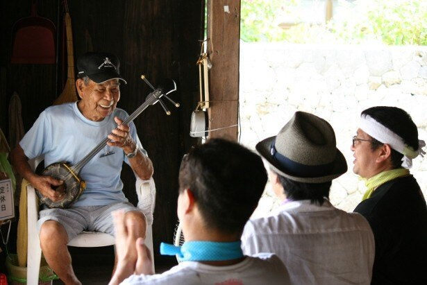 慶留間島では最長老に三線を演奏してもらうことに