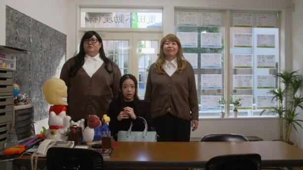 【写真を見る】森三中・大島&メイプル超合金・安藤が双子という存在感と不動産店内での圧迫感がすごい!