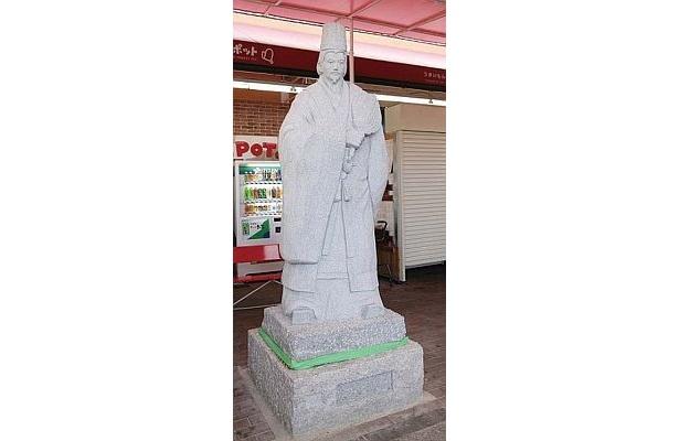 祭りでは8/22(土)10:30に三国志の等身大武将石像が除幕。威風堂々とした「周瑜(しゅうゆ)」と「諸葛孔明」の石像はド迫力