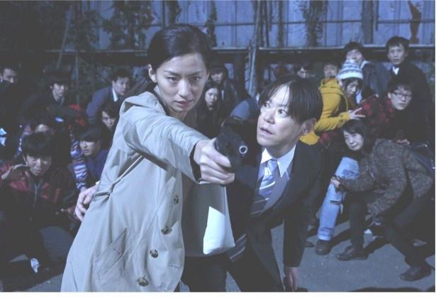 尾野真千子演じる涼子が、組織犯罪の証拠データを巡り欺き合う!