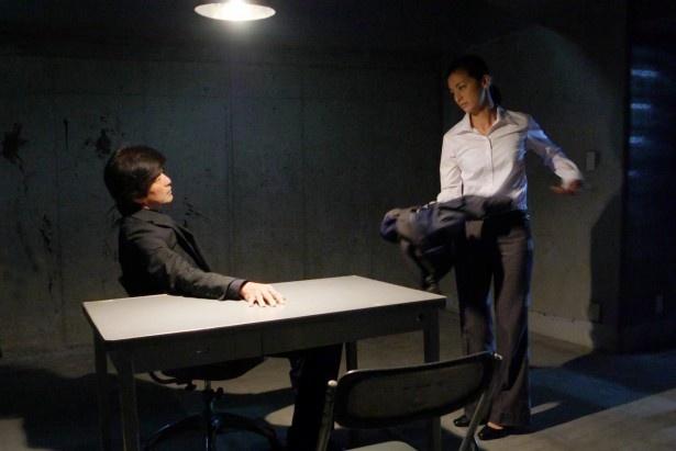 【写真を見る】涼子は鎮目(佐藤浩市)から「全部脱げ」といきなり服を脱ぐことを命じられる…