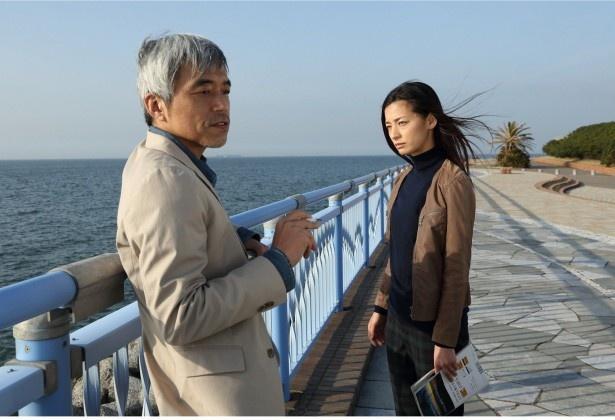 警視庁公安部の元刑事でジャーナリストの神戸(小市慢太郎)に接触する涼子