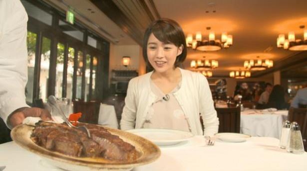 【写真を見る】美人アナと肉! これに勝る画はない!?