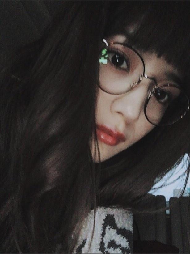一見誰か分からない!? 川口春奈の丸眼鏡姿!