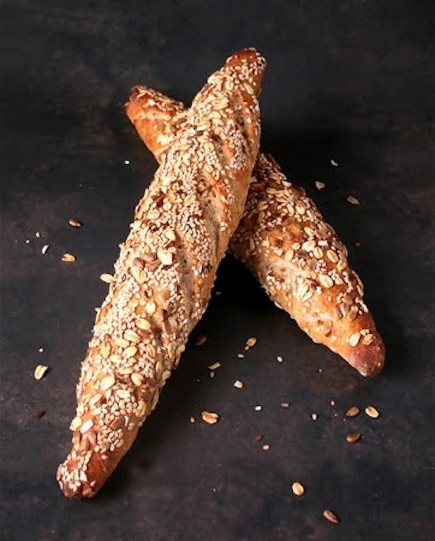 【写真を見る】雑穀を使用したバゲット「全粒粉のシードバゲット」は健康への配慮も嬉しい