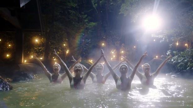 【写真を見る】温泉で華麗なシンクロナイズドスイミングの演技を見せる女子高校生たち