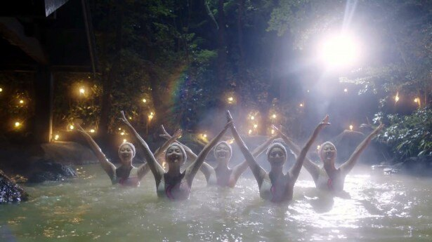 温泉の湯面にプロジェクションマッピングをしながら、シンフロを踊る