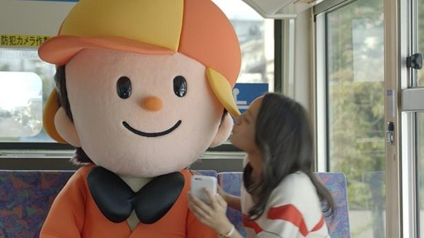 【写真を見る】岡田結実からキスされるホームズくん