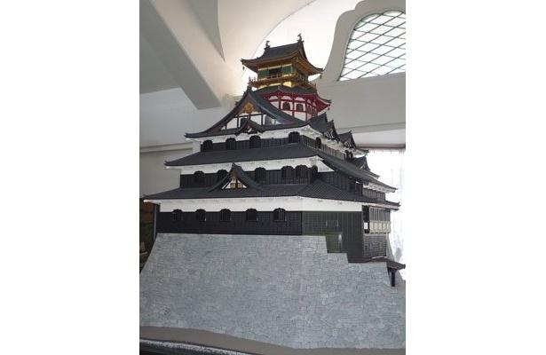 安土町城郭資料館に展示されている、1/20サイズの安土城はこちら!