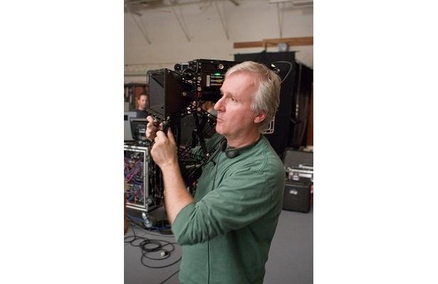 カメラを構えるキャメロン監督。いったいどんな世界を見えてくれるのか?
