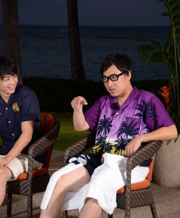 【写真を見る】山里亮太(右)の注目はウクレレアーティストの男子高校生