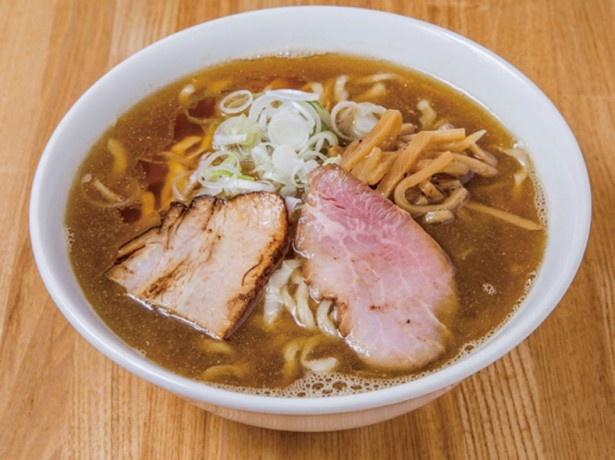 喜多方らーめん(煮干)(820円)。丸鶏と煮干しのスー プに煮干しのみで取ったダシを合わせたスープ は、自家製麺との相性も抜群。自家製の煮干し 油を入れることでえぐ味のない旨味に