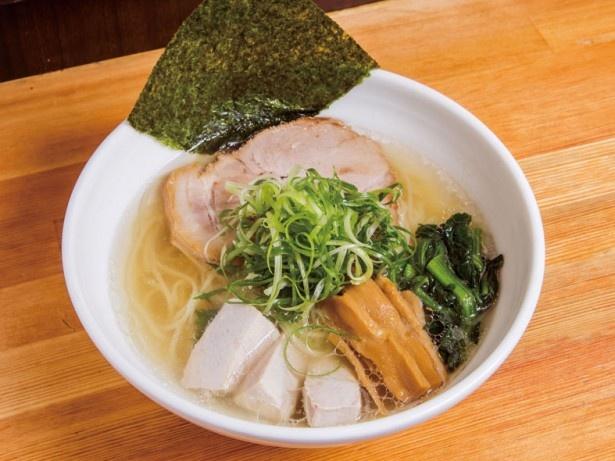 淡海地鶏の丸鶏とガラで取った清湯(チンタン)と、マグロ節と羅臼昆布を使った和風ダシのダブルスープが秀逸。日本酒でフランベした天然マグロが入る