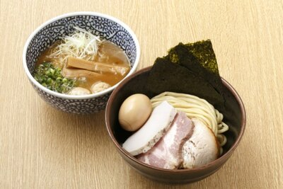 特製濃厚魚介つけ汁(1080円)。鶏ガラで取ったスープに5種類の魚介を加えたつけ汁は、濃厚でありながらもなめらかな味わい。小麦の味が楽しめる中太麺も食べ応えあり