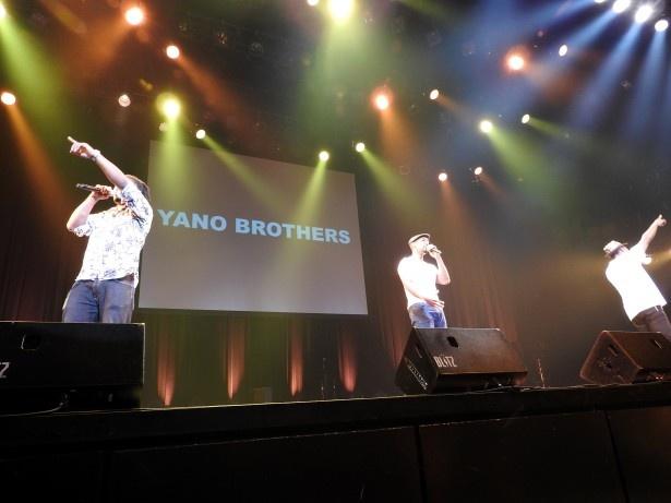 イベントで熱唱するYANO BROTHERS