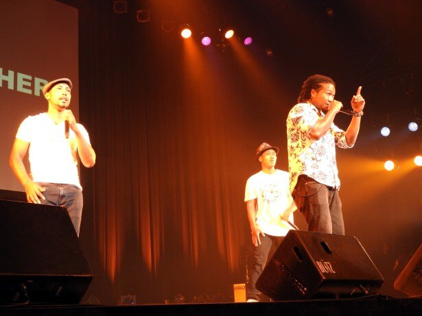 """【写真を見る】""""ジャフリカン""""音楽ジャンルのメロディーで会場を盛り上げるYANO BROTHERS"""