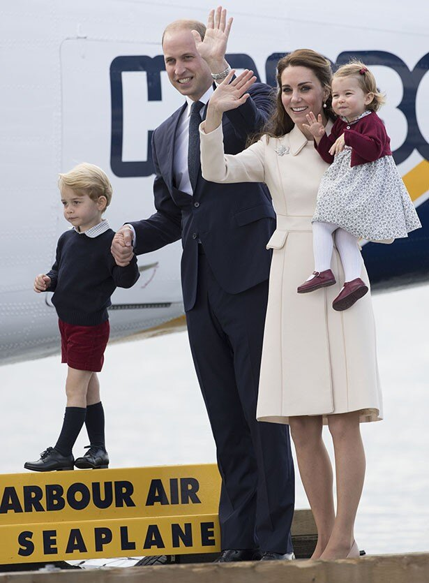 英国への帰国時、大きな歓声とともに見送られたウィリアム王子一家