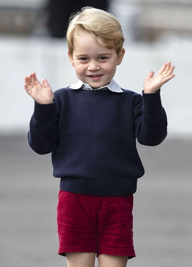 【写真を見る】「かわいすぎる」と大絶賛!両手を振るジョージ王子