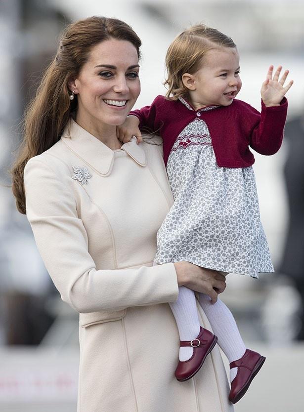 シャーロット王女もしっかりと手を振って応えた