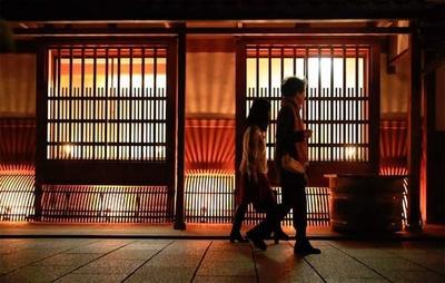 格子模様の光が幻想的な都ライトが今年も開催