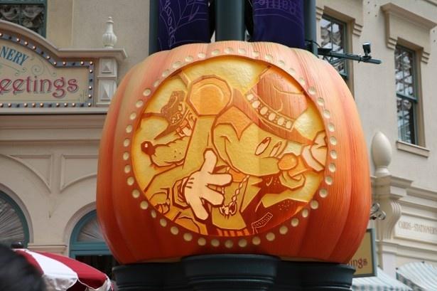 ワールドバザール内の大きなカボチャにはミッキーマウスのデザインが!