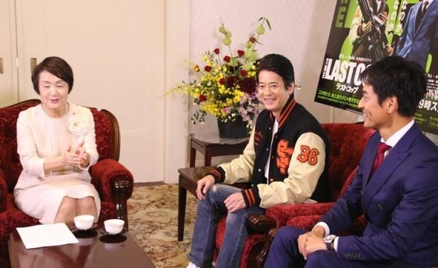 横浜市長にドラマの概要説明をする唐沢と沢村