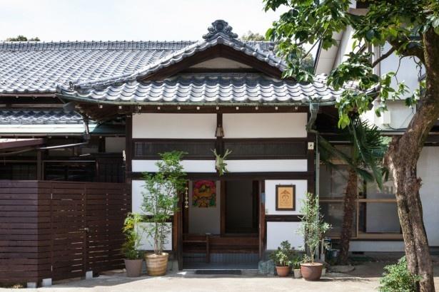 【写真を見る】趣あるたたずまいの「東京おかっぱちゃんハウス」