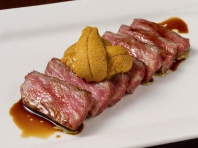 熟成庫内で最低4週間以上寝かせた発酵肉を使用した旬熟成の「旬熟成の極上ウニのタルタル」(1皿3888円)