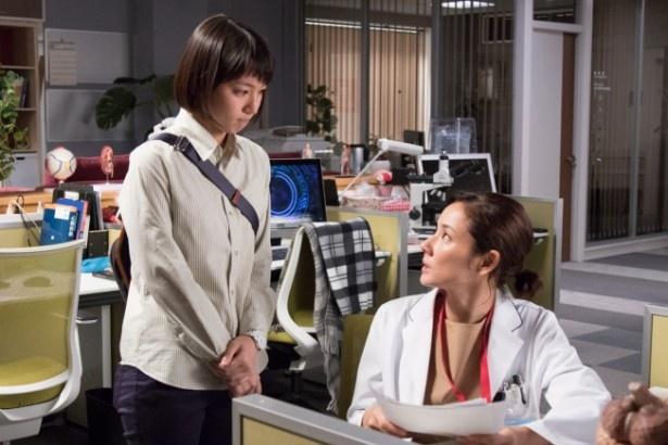 【写真を見る】吉岡は志帆(吉田羊、右)に振り回される研修医・綾香を演じる
